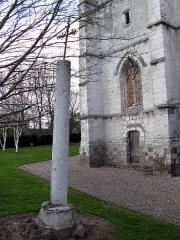 Eglise Saint-Martin -  Franleu (Somme, France) -   La croix sur fût de pierre et le bas du clocher (côté Sud).