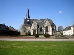 Eglise Saint-Vincent -   Saint-Maxent (Somme, France) -    L\'église et le monument aux morts.