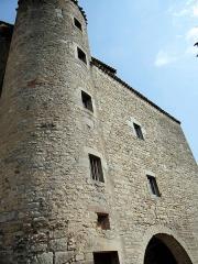 Ancien prieuré bénédictin - Français:   Prieuré de Varen - Façade de l\'entrée et tour-escalier côté cour intérieure du prieuré