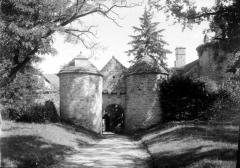 Château de Cornusson - Fonds Trutat - Photographie ancienne  Cote: TRU C 974 Localisation: Fonds ancien (S 30)  Original non communicable  URL:  http://numerique.bibliotheque.toulouse.fr/cgi-bin/library?c=photographiesanciennes&a=d&d=/ark:/74899/B315556101_TRUC0974  Titre: Cornusson  Auteur: Trutat, Eugène Rôle de l'auteur: Photographe  Lieu de création: Cornusson (Parisot; château) Date de création:  1859-1910 [entre]  Mesures:: 9 x 12 cm  Mot(s)-clé(s):  -- Route -- Château -- Porte -- Entrée -- Tourelle -- Toit -- Tuile -- Jardin -- Herbe -- Arbre -- Sapin -- Arcade -- Arche  -- Parisot (Tarn-et-Garonne) -- Cazals (Tarn-et-Garonne) -- Midi-Pyrénées (France) -- Cornusson (Parisot; château)  -- 19e siècle, 2e moitié -- 20e siècle, 1e quart -- 15e siècle  Médium: Photographies -- Négatifs sur plaque de verre -- Noir et blanc -- Paysages   Bibliothèque de Toulouse. Domaine public