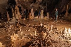 Site archéologique de la grotte de Bruniquel - Français:   Structure aménagée par l\'homme, il y a 176.500 ans, au fond de la grotte de Bruniquel, à partir de 400 stalgmites brisées et rangées.