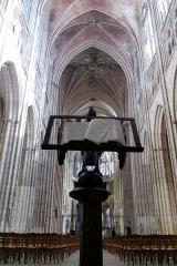 Monument aux morts de l'arrondissement de Sens - Auxerre, cathédrale Saint-Étienne d'Auxerre: nef et aigle-lutrin.