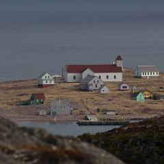 Eglise Notre-Dame-des-Marins, située sur l'Ile-aux-Marins - English: Typical houses and church Saint Pierre and Miquelon - Ile aux Marins