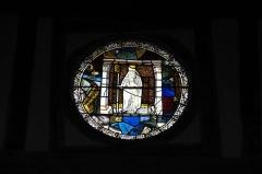 Eglise - Deutsch: Katholische Kirche Saint-Jacques-et-Saint-Philippe in Lentilles im Département Aube (Champagne-Ardenne/Frankreich), Bleiglasfenster aus dem 16. Jahrhundert im Chor, Darstellung: Bischof mit Schädel in der Hand