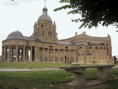 Eglise Saint-Didier -  église d'Asfeld [Ardennes françaises(sud-ouest)], XVII°siècle, style baroque, à la forme d'une viole