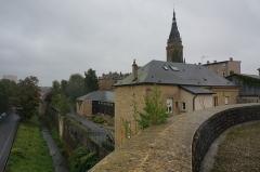 Basilique Notre-Dame de l'Espérance - Français:   Vue de l\'enceinte, de l\'église de Notre Dame, des fossés depuis la tour .