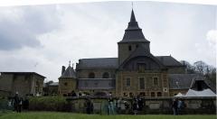Eglise Saint-Rémi de Laval-Dieu - Français:   Abbaye de Laval Dieu vue depuis le jardin longeant la Meuse lors du festival.