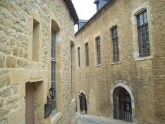Château-haut - Classé monument historique en 1963, il est le plus grand d'Europe. Turenne y naquit en 1611.