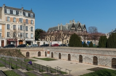Forum romain (vestiges de l'ancien) - English: A view of the outside of Cryptoportique, Reims as seen from Place du Forum