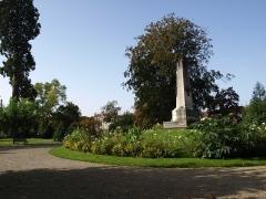 Couvent des Récollets -  Vitry-le-François (51300 - FRANCE): photographies  Vitry-le-François (51300 - FRANCE): Hôtel de ville (stèle commémorative du parc)