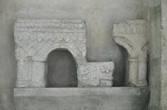 Eglise - Deutsch: Kirche Saint-Étienne in Vignory im Département Haute-Marne (Champagne-Ardenne/Frankreich), Fragmente von Arkaturen