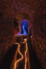 Aqueduc des Eaux de Rungis (également sur communes de Rungis, Fresnes, L'Hay-les-Roses, Arcueil, Gentilly et Paris 14) - Français:   A l\'intérieur du regard n°25, dit regard de Saux, de l\'aqueduc Médicis, exceptionnellement ouvert à la visite à l\'occasion des 400 ans de l\'aqueduc (Paris 14e, France). Les guirlandes lumineuses représentent la circulation de l\'eau.