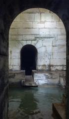 Aqueduc des Eaux de Rungis (également sur communes de Rungis, L'Hay-les-Roses, Cachan, Arcueil, Gentilly et Paris 14) - Arrivée des sources depuis le carré des eaux de Rungis dans le bassin du regard n°1, dit «regard Louis-XIII», de l'aqueduc Médicis (Rungis, France).