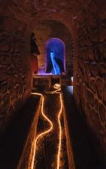 Aqueduc des Eaux de Rungis (également sur communes de Rungis, L'Hay-les-Roses, Cachan, Arcueil, Gentilly et Paris 14) - A l'intérieur du regard n°25, dit regard de Saux, de l'aqueduc Médicis, exceptionnellement ouvert à la visite à l'occasion des 400 ans de l'aqueduc (Paris 14e, France). Les guirlandes lumineuses représentent la circulation de l'eau.
