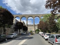 Aqueduc des Eaux de Rungis (également sur communes de Rungis, Fresnes, L'Hay-les-Roses, Cachan, Arcueil et Paris 14) - Français:   Aqueduc Médicis, Cachan.