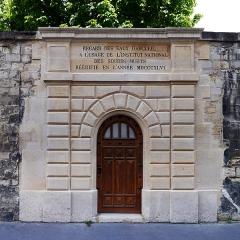 Aqueduc des Eaux de Rungis (également sur communes de Rungis, Fresnes, Cachan, Arcueil, Gentilly et Paris 14) - English: Rue Henri-Barbusse, Paris 5th arrondissement. Regard Saint-Magloire, former aqueduct Medicis.