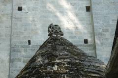 Eglise Saint-Julien-de-Brioude - Deutsch: Katholische Pfarrkirche Saint-Julien-de-Brioude in Marolles-en-Brie im Département Val-de-Marne (Île-de-France/Frankreich), Dach der südlichen Seitenapsis mit Kreuz