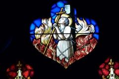 Eglise Notre-Dame-des-Vertus - Deutsch: Bleiglasfenster (Ausschnitt) in der katholischen Pfarrkirche Notre-Dame-des-Vertus in Aubervilliers, Darstellung: Jeanne d'Arc auf dem Scheiterhaufen