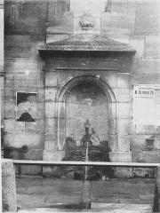 Eaux du Pré-Saint-Gervais : Fontaine du Pré-Saint-Gervais - Français:   Regard du Pré-Saint-Gervais. Photo extraite du procès-verbal de la Commission municipale du Vieux Paris, 10 novembre 1898