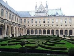 Ancienne abbaye Saint-Denis, actuellement maison d'éducation de la Légion d'Honneur - Français:   Saint-Denis - Basilique Saint-Denis vue du cloître de l\'abbaye