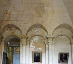 Ancienne abbaye Saint-Denis, actuellement maison d'éducation de la Légion d'Honneur - Français:   Abbaye de Saint-Denis - Aile est - Vestibule central - Accès aux galeries du cloître