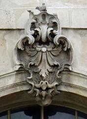 Ancienne abbaye Saint-Denis, actuellement maison d'éducation de la Légion d'Honneur - Français:   Abbaye de Saint-Denis - Aileest - Pavillon sud - Agrafe sur la façade sud