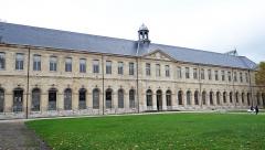 Ancienne abbaye Saint-Denis, actuellement maison d'éducation de la Légion d'Honneur - Français:   Abbaye de Saint-Denis - Aile est - Façade est