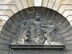Ancien couvent des Ursulines -  Le tympan du portail du couvent des Ursulines à Saint-Denis (Seine-saint-Denis)