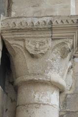 Eglise Saint-Justin et tour Saint-Rieul qui lui sert de clocher - Deutsch: Turm Saint-Rieul in Louvres im Département Val-d'Oise (Île-de-France/Frankreich), Kapitell am Portal