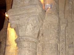 Eglise Saint-Justin et tour Saint-Rieul qui lui sert de clocher -  Arc triomphal, chapiteaux côté sud.