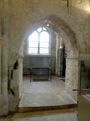 Eglise Saint-Justin et tour Saint-Rieul qui lui sert de clocher -  Base du clocher, vue vers le sud (dans le collatéral ou faux croisillon sud).
