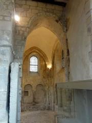 Eglise Saint-Justin et tour Saint-Rieul qui lui sert de clocher -  Chapelle latérale sud du choeur, vue vers le nord (dans le choeur).