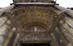 Eglise et chapelle funéraire - Français:   Voussure du portail principal de l\'église de Marines