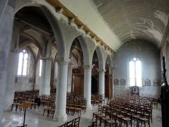 Eglise et chapelle funéraire - Français:   Bas-côté nord, vue vers l\'ouest.