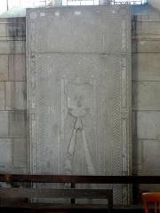 Eglise -  Dalle funéraire de Blanche de Popincourt, dame du Mesnil-Aubry, morte en 1422.