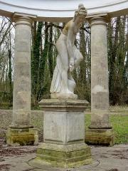 Domaine de Grouchy, actuellement Hôtel de ville - Temple d'Amour, statue d'une nymphe sortant du bain par Christophe-Gabriel Allegrain.