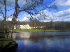 Domaine de Grouchy, actuellement Hôtel de ville -  Château de Grouchy et étang, en premier plan, vus du Parc.