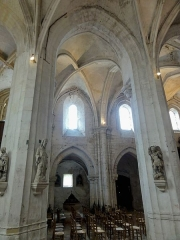 Eglise Saint-Clair - Français:   Collatéral sud, vue par la seconde grande arcade.