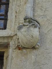 Château -  Détail de la fenêtre à meneau nord de la façade ouest du château de Château-Arnoux (qui abrite la mairie): console supportant le piédroit sud (à droite) sculpté d'armoiries.