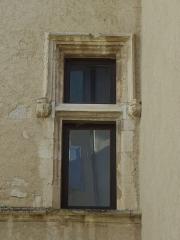 Château -  Façade ouest du château de Château-Arnoux (qui abrite la mairie), fenêtre à meneau.
