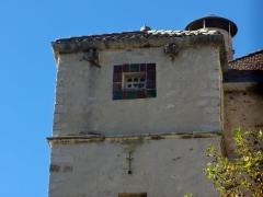 Château -  Tour sud-est du château de Château-Arnoux (qui abrite la mairie): pigeonnier, dont un boulin en forme de cœur.