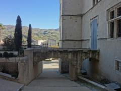 Château -  Pont d'accès à la façade nord du château de Château-Arnoux (qui abrite la mairie).
