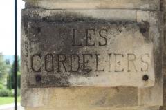 Couvent des Cordeliers (restes de l'ancien) - Français:   Plaque au couvent des Cordeliers de Forcalquier.