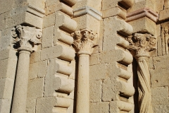 Prieuré - Ganagobie - portail festonné brisé: détail des festons