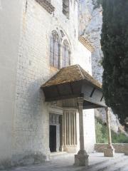 Chapelle Notre-Dame de Beauvoir - Français:   Le porche de la chapelle N-D de Beauvoir (à Moustiers-Sainte-Marie) est couvert de tuiles vernissées. Il est soutenu par deux piliers aux chapiteaux ornés de feuilles de chêne sculptées.