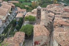 Eglise -  Vue du village provençal de Moustiers-Sainte-Marie, dans le département des Alpes-de-Haute-Provence (04), en France  A view of Moustiers-Sainte-Marie, a small village in Provence, France
