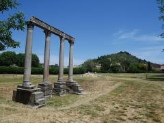 Quatre colonnes antiques surmontées d'un entablement - Deutsch: Temple of Apollo in Riez Situation