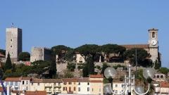 Tour du Suquet, chapelle Sainte-Anne et église Notre-Dame-de-l'Espérance -  Cannes Francja - widok zamku muzeum z  bulwaru La Croisette Cannes