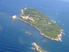Château fort ou ancien monastère de Lérins -  Ile de Saint-Honorat vue d'avion