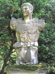 Jardin dit Serre de la Madone - English: Statue of the roman emperor Augustus in the jardin des Serres de la Madone in Menton (Alpes-Maritimes, France). The text of the inscription is : And sometimes we come on from high.